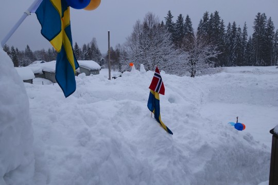 Här är det i ordning gjort för födelsedagsfirande ute i snön!
